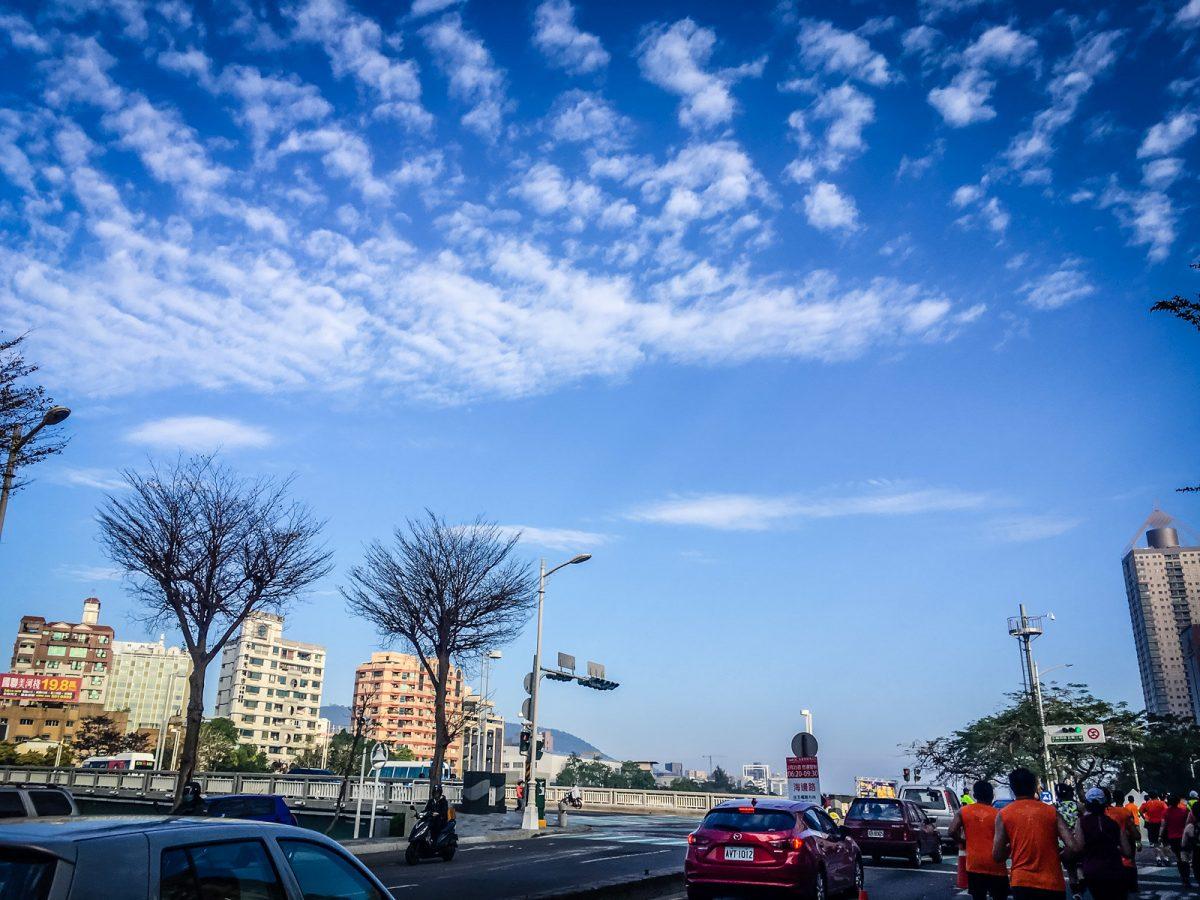 愛河旁的藍天