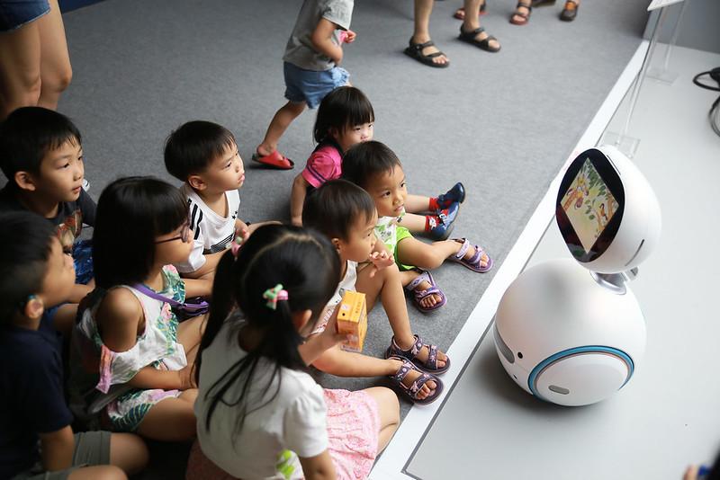 一台zonbot 可以顧好多個小孩啊!