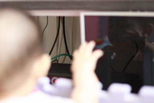 電視櫃下那一堆硬硬黑色會一閃一閃的盒子跟長長的爸比說會電電的尾巴